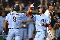 【大阪市(NTT西日本)-広島市(JR西日本)】九回表広島市2死一、二塁、逆転3点本塁打を放ち笑顔の小原=東京ドームで2017年7月17日、藤井達也撮影