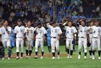 【大阪市(NTT西日本)-広島市(JR西日本)】広島市に敗れ、応援席へあいさつに向かう大阪市の選手たち=東京ドームで2017年7月17日、藤井達也撮影
