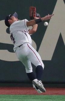【大阪市(NTT西日本)-広島市(JR西日本)】六回表広島市1死、代打・亀井の打球を懸命に捕球しようとする右翼手・山口。惜しくも捕球できず三塁打となる=東京ドームで2017年7月17日、和田大典撮影