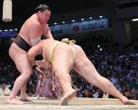 【大相撲名古屋場所9日目】輝をはたき込みで降す白鵬(左)=愛知県体育館で2017年7月17日、兵藤公治撮影