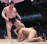 【大相撲名古屋場所9日目】輝をはたき込みで降した白鵬(左)=愛知県体育館で2017年7月17日、兵藤公治撮影
