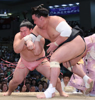 【大相撲名古屋場所9日目】日馬富士をとったりで破った宇良(左)=愛知県体育館で2017年7月17日、兵藤公治撮影