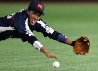 【東京都(NTT東日本)-神戸市・高砂市(三菱重工神戸・高砂)】三回裏東京都2死、喜納の打球に飛び込む二塁手の大野。惜しくも捕れず右前打となる=東京ドームで2017年7月17日、藤井達也撮影