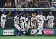 【東京都(NTT東日本)-神戸市・高砂市(三菱重工神戸・高砂)】七回裏東京都1死、本塁打を打った越前(右から3人目)を出迎える東京都の選手たち=東京ドームで2017年7月17日、渡部直樹撮影