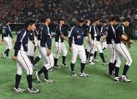 【東京都(NTT東日本)-神戸市・高砂市(三菱重工神戸・高砂)】東京都に敗れ、引き揚げる神戸市・高砂市の選手たち=東京ドームで2017年7月17日、平川義之撮影
