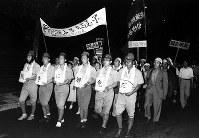 安保闘争では、映画関係者も扮装(ふんそう)してデモ行進した=1958年