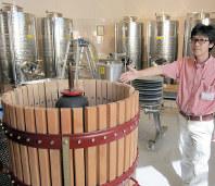 地元のブドウを使った日本ワイン造りに取り組む樫原昭博さん。設備の衛生管理には特に気を配っている=浜松市北区のはままつフルーツパーク時之栖で