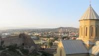ナリカラ要塞から、聖ニコラス教会の向こうにトビリシ中心部を望む