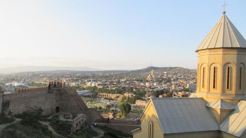 ナリカラ要塞から、聖ニコラス教会の向こうにトビリシ中心部を望む(写真は筆者撮影)