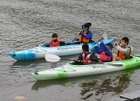 「マリンスポーツフェスティバル2017」で、カヌーを楽しむ子どもたち