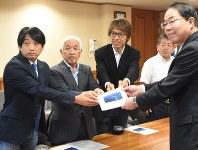 東京五輪の自転車競技ロードレースのコース誘致を要望する浅川力三会長(左から2人目)ら=甲府市で