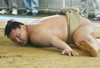 Ozeki Hakuho does a forward split at the Miyagino Beya stable dorm in Nagoya's Midori Ward on June 27, 2006. (Mainichi)