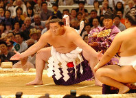 Newly promoted yokozuna Hakuho performs a powerful ring purification ceremony on the first day of the Nagoya Grand Sumo Tournament at the Aichi Prefectural Gymnasium in Nagoya's Naka Ward, on July 8, 2007. (Mainichi)