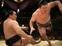 Yokozuna Hakuho, right, defeats yokozuna Asashoryu, at the Ryogoku Kokugikan sumo venue in Tokyo, on Jan. 24, 2010. (Mainichi)