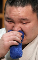 Hakuho sheds tears when asked about his memories shared with fellow Mongolian yokozuna Asashoryu, who decided to retire mid-tournament due to an assault scandal, at Miyagino Beya stable in Tokyo's Sumida Ward on Feb. 4, 2010. (Mainichi)