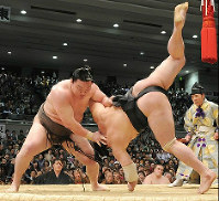 Yokozuna Hakuho defeats Harumafuji to clinch the Osaka Grand Sumo Tournament held at the then-Osaka Prefectural Gymnasium on March 28, 2010. (Mainichi)