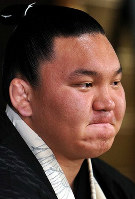 A stern-faced Hakuho purses his lips ahead of the Nagoya Grand Sumo Tournament at Miyagino Beya stable in Nagoya's Midori Ward, after his involvement in a gambling scandal, on July 5, 2010. (Mainichi)