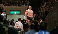 Hakuho looks relieved after he achieved a 54-match winning streak on Sept. 18, 2010, at the Ryogoku Kokugikan sumo venue in Tokyo. (Mainichi)
