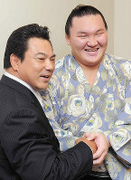 Hakuho shakes hands with stablemaster Kokonoe, former yokozuna Chiyonofuji, after beating his record of 53 straight wins, at the Ryogoku Kokokugikan in Tokyo on September 18, 2010. (Mainichi)