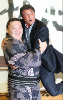 Hakuho easily lifts Sylvester Stallone at Ryogoku Kokugikan in Tokyo on September 25, 2010. (Mainichi)