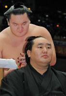 Hakuho participates in the topknot cutting ceremony for the retirement of fellow Mongolian yokozuna Asashoryu at Ryogoku Kokugikan in Tokyo on Oct. 3, 2010. (Mainichi)