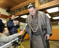 Hakuho bows his head before a press conference after the Japan Sumo Association canceled the May Grand Sumo Tournament due to a scandal over fixing matches, at Miyagino Beya stable in Tokyo's Sumida Ward, on Feb. 9, 2011. (Mainichi)