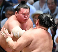 Yokozuna Hakuho, left, battles sekiwake Tamawashi on his way to tying the all-time record for career wins, on July 20, 2017, the 12th day of the Nagoya Grand Sumo Tournament at Aichi Prefectural Gymnasium. (Mainichi)