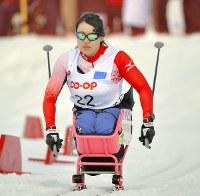 障害者ノルディックスキーW杯札幌大会で、クロスカントリー女子5キロ座位で観客の声援を受けながら滑り、4位となった新田のんのさん=札幌市豊平区の西岡バイアスロン競技場で2017年3月18日、手塚耕一郎撮影