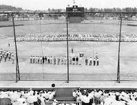 第38回全国高校野球選手権大阪大会の開会式が開かれた藤井寺球場=1956年7月20日撮影