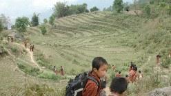 山あいの小道を下校する小学生たち=ブータン・ダガナ県で2012年4月20日、福田隆撮影