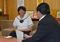 野市長にジャパンカップ国際女子ソフトボール大会への出場報告をする勝股さん(左)=瑞浪市役所で