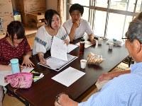 筑本さん(右端)に社宅の間取りや生活の変化を尋ねる吉田さん(左から2人目)。左端が記録係の白石さん。左から3人目が三笠准教授