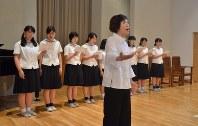 活水高校合唱部の生徒と「被爆のマリア」を練習する松口さん