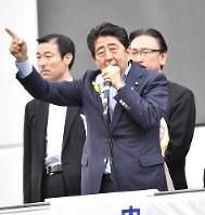 東京都議選の街頭演説に立つ安倍晋三首相。「こんな人たちに負けるわけにはいかない」との発言はこの場で飛び出した=東京都千代田区のJR秋葉原駅前で1日、藤井達也撮影