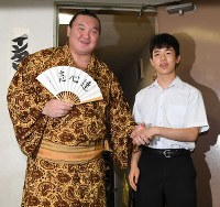 Yokozuna Hakuho shakes hands with shogi prodigy Sota Fujii, right, at the Aichi Prefectural Gymnasium, on July 12, 2017. (Mainichi)