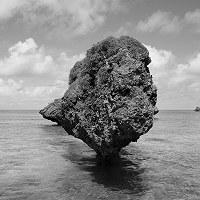 比嘉良治写真展「時がこもる浜・沖縄」より=沖縄県宮古市の大神島
