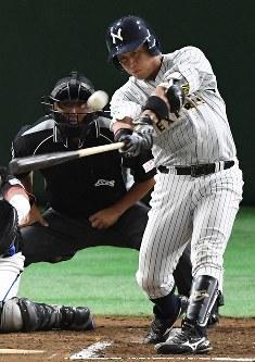 【さいたま市(日本通運)-門真市(パナソニック)】二回裏さいたま市1死、関本が左越え本塁打を放つ=東京ドームで2017年7月21日、渡部直樹撮影