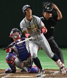 【東京都(東京ガス)-大垣市(西濃運輸)】一回裏大垣市2死二塁、伊藤が左越えに2点本塁打を放つ=東京ドームで2017年7月21日、渡部直樹撮影