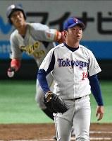 【東京都(東京ガス)-大垣市(西濃運輸)】一回裏大垣市2死二塁、伊藤(奥)に2点本塁打を打たれ、打球の行方を追う宮谷=東京ドームで2017年7月21日、渡部直樹撮影