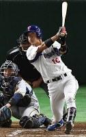 【東京都(東京ガス)-大垣市(西濃運輸)】三回表東京都1死二塁、地引が2点本塁打を放つ=東京ドームで2017年7月21日、渡部直樹撮影