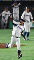 【東京都(東京ガス)-大垣市(西濃運輸)】三回表東京都1死二塁、2点本塁打を放ち高々と手を上げる地引=東京ドームで2017年7月21日、渡部直樹撮影