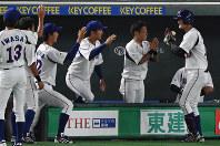 【東京都(東京ガス)-大垣市(西濃運輸)】三回表東京ガス1死二塁、地引(右)が2点本塁打を放ち、ベンチ前でナインに祝福される=東京ドームで2017年7月21日、渡部直樹撮影
