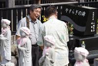 永代供養墓を建てたボランティア団体代表の三輪憲功さんと話す男性(手前)=愛知県一宮市で2017年7月8日、木葉健二撮影