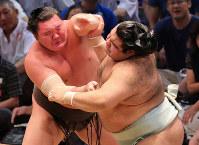 Yokozuna Hakuho, left, closes in on ozeki Takayasu at the Nagoya Grand Sumo Tournament at Aichi Prefectural Gymnasium on July 21, 2017. Hakuho won the bout -- his 1,048th -- breaking the record for most career wins. (Mainichi)
