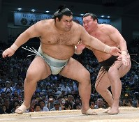 At the initial charge in a bout between yokozuna Hakuho and ozeki Takayasu at the Nagoya Grand Sumo Tournament on July 21, 2017, Hakuho, right, quickly slips behind his opponent. (Mainichi)
