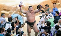 Yokozuna Hakuho raises his arm in response to fans' cheers as he leaves the ring after winning against ozeki Takayasu at the Nagoya Grand Sumo Tournament on July 21, 2017. This was Hakuho's 1,048th win, making him the lone record holder for most career wins. (Mainichi)
