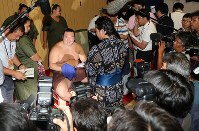 After breaking the record for most career wins at 1,048, yokozuna Hakuho is all smiles as he responds to reporters' questions at Aichi Prefectural Gymnasium on July 21, 2017. (Mainichi)