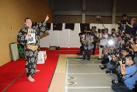 After breaking the record for most career wins at 1,048, yokozuna Hakuho poses for pictures at Aichi Prefectural Gymnasium on July 21, 2017. (Mainichi)