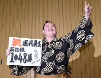 After breaking the record for most career wins at 1,048, a smiling yokozuna Hakuho poses for pictures in his dressing room at Aichi Prefectural Gymnasium on July 21, 2017. (Mainichi)