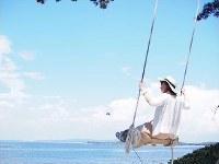 愛知県日間賀島の「ハイジのブランコ」。大海原を眺めながらブランコがこげる=SNAPLACE提供